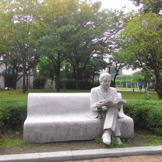Kütüphanenin girişinde anlamlı bir heykel. A meaningful monument in front of library.